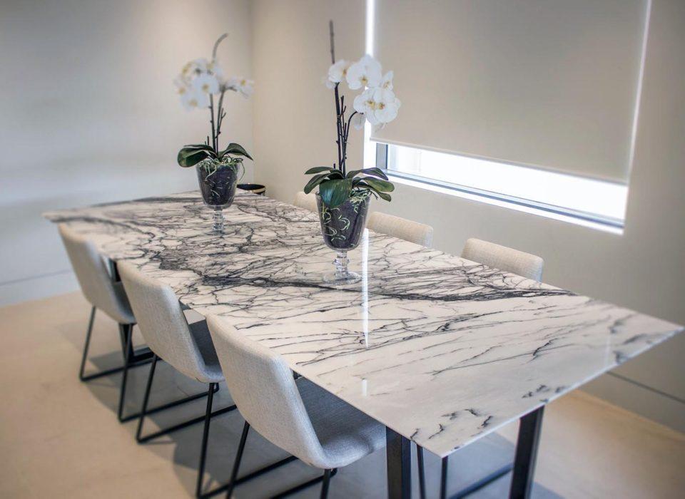 stol-naturalnyj-kamen